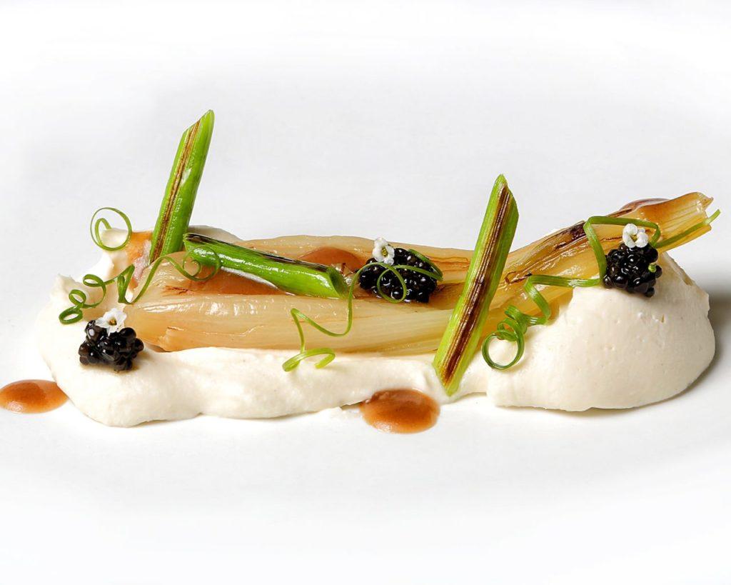 113-NOVODABO-cebollas-de-mi-huerta-con-coliflor-y-caviar-persé-scaled